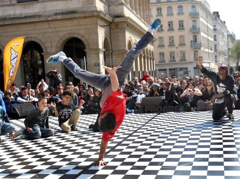 street-dance-devant-l-opera-photo-philippe-juste